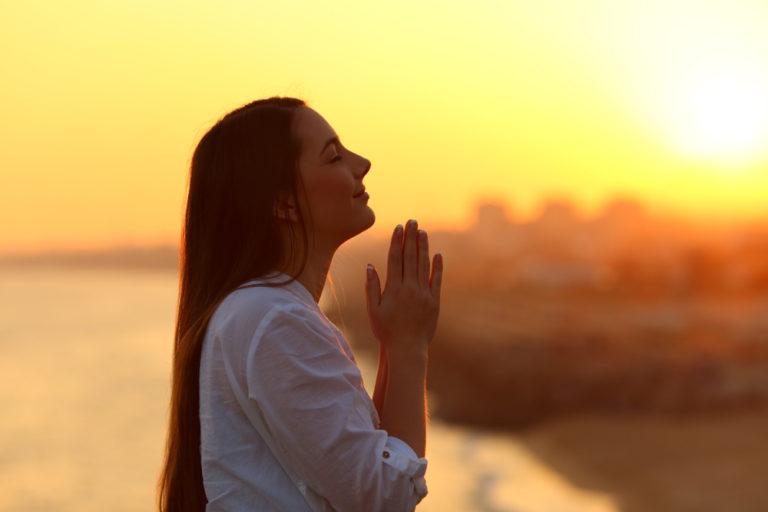 「祈念する」の意味・使い方|ビジネス文書の例文つき